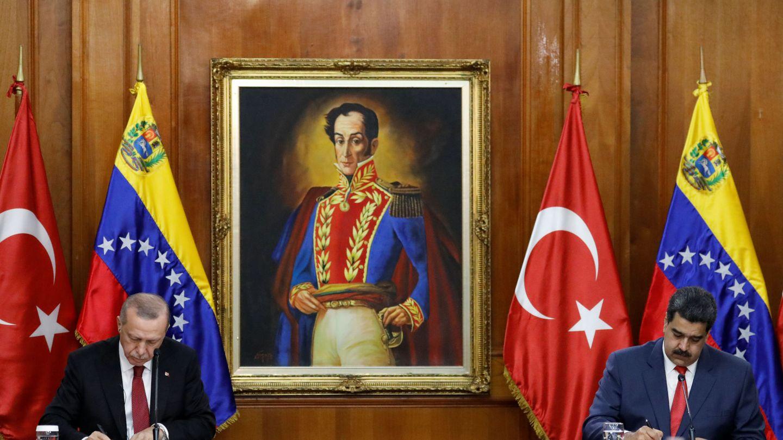 El presidente turco Recep Tayyip Erdogan y el venezolano Nicolás Maduro firman una serie de acuerdos en Caracas, Venezuela, el 3 de diciembre de 2018. (Reuters)