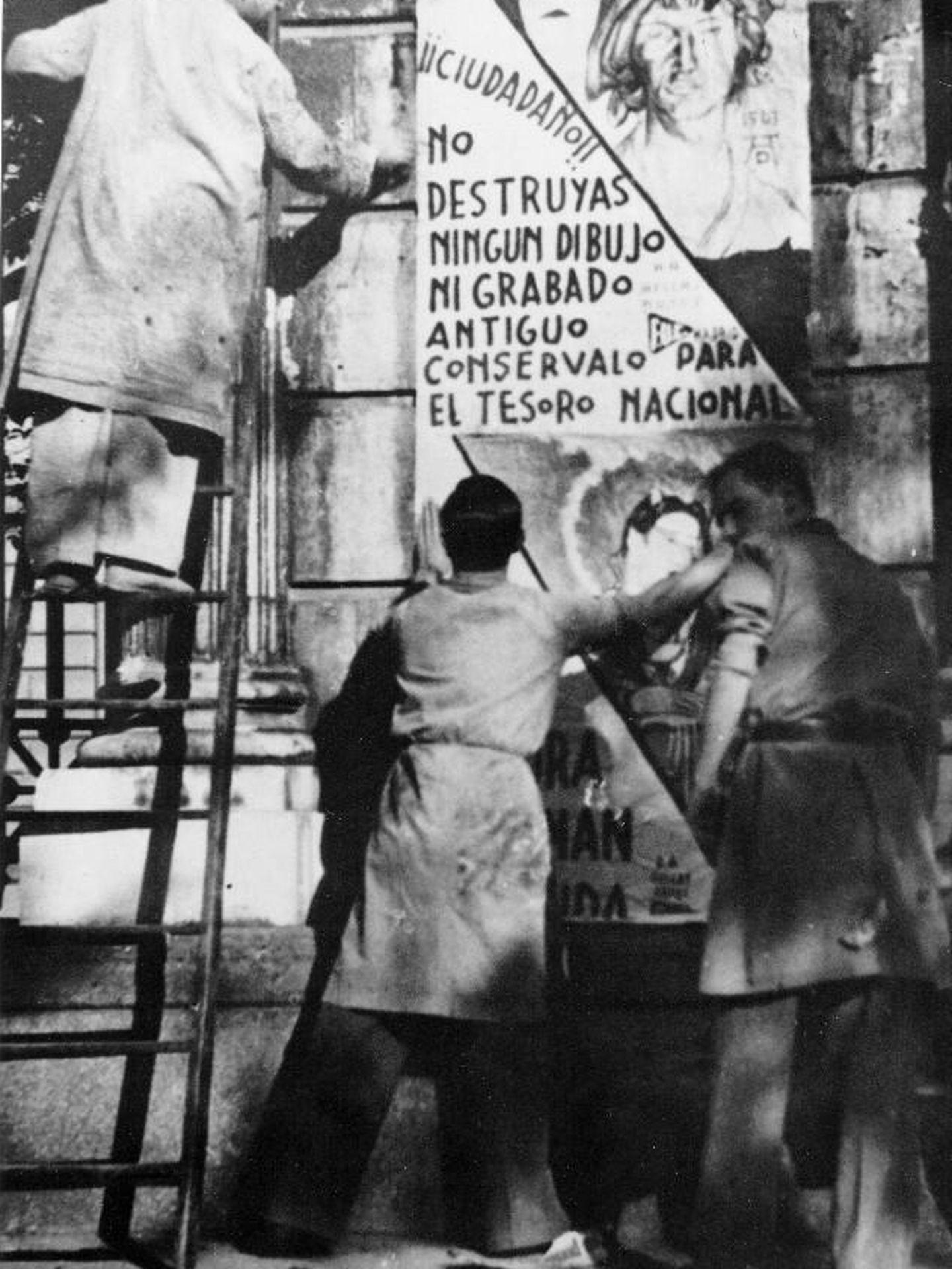 Pegada de carteles llamando a la conservación de obras de arte. (IPCE)