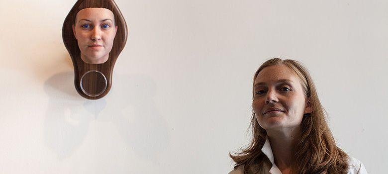 Foto: Heather Dewey-Hagborg con la escultura fabricada a partir de su propio ADN (Stranger Visions)