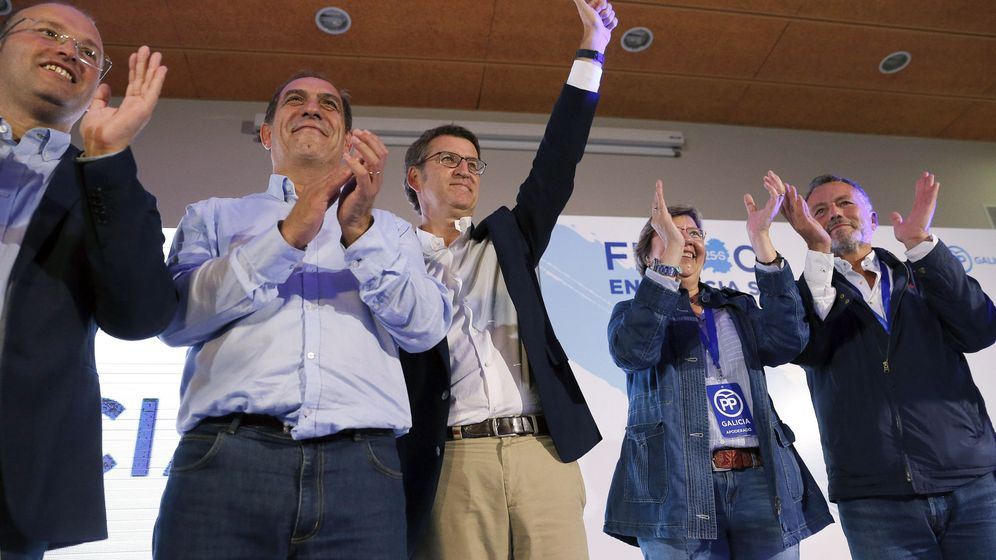 Foto: El presidente de la Xunta y candidato a la reelección, Alberto Nuñez Feijóo, junto a sus colaboradores, celebran los resultados obtenidos (EFE)