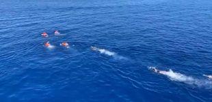 Post de Migrantes del Open Arms se lanzan al agua para alcanzar Lampedusa (Italia)