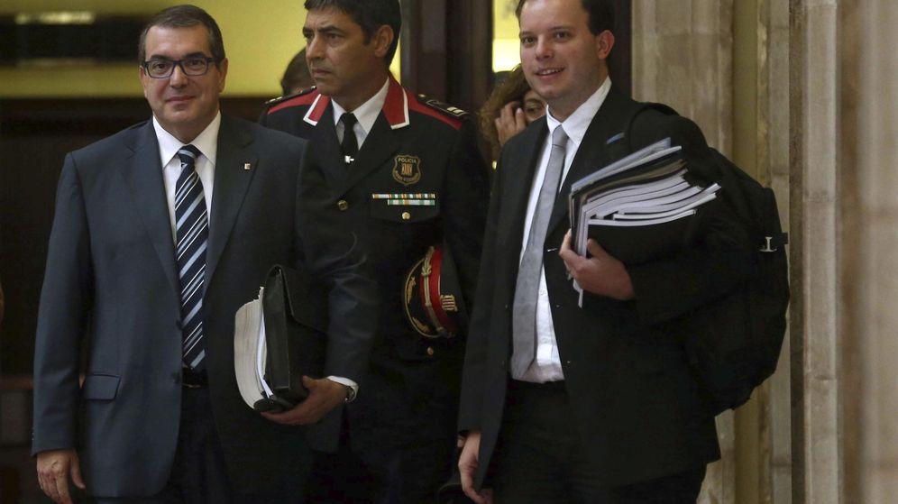Foto: El 'conseller' de Interior, Jordi Jané (a la izquierda), acompañado de Josep Lluís Trapero (en el centro), en agosto de 2015. (EFE)