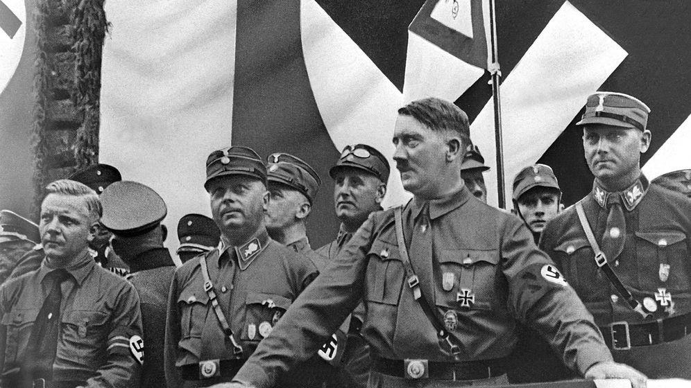 Foto: Hitler dando un discurso en Dortmund, en 1943. (Cordon Press)