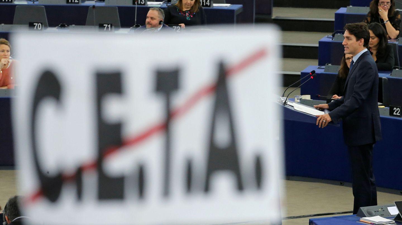 El primer ministro de Canadá, Justin Trudeau, se dirige al Parlamento Europeo el pasado 16 de febrero, tras un cartel contrario al CETA. (Reuters)