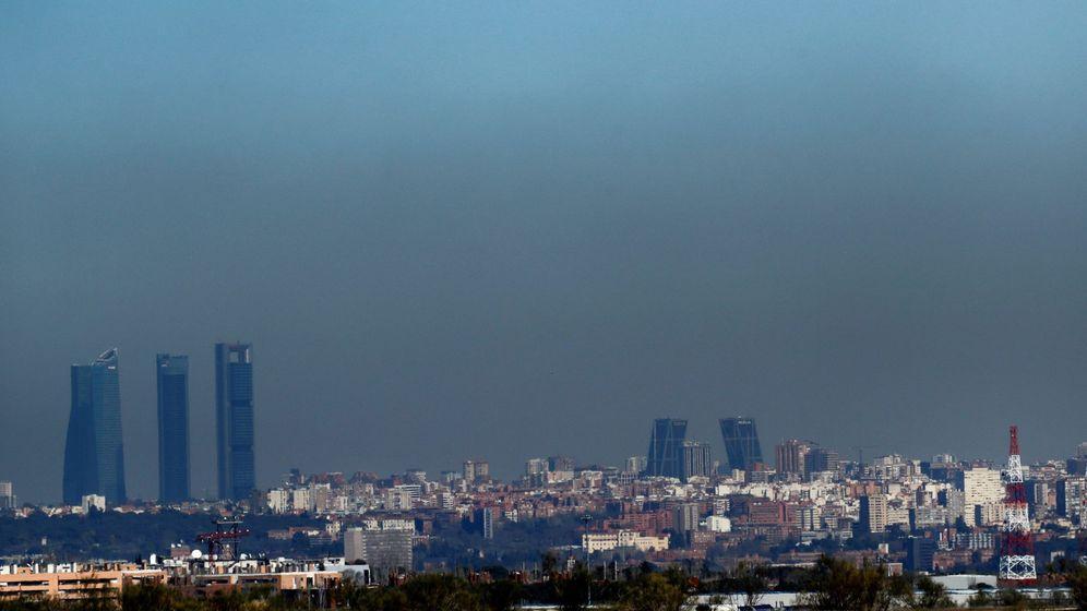 Foto: Vista de Madrid con el parque empresarial de las Cuatro Torres al fondo (i). (EFE)