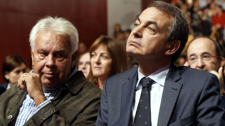 Los expresidentes del Gobierno Felipe González (i) y José Luis Rodríguez Zapatero, durante la intervención de Pedro Sánchez en el año 2015. (EFE)