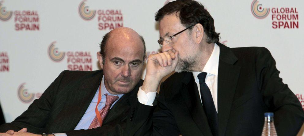 Foto: El presidente del Gobierno, Mariano Rajoy (d), conversa con el ministro de Economía, Luis de Guindos (Efe)