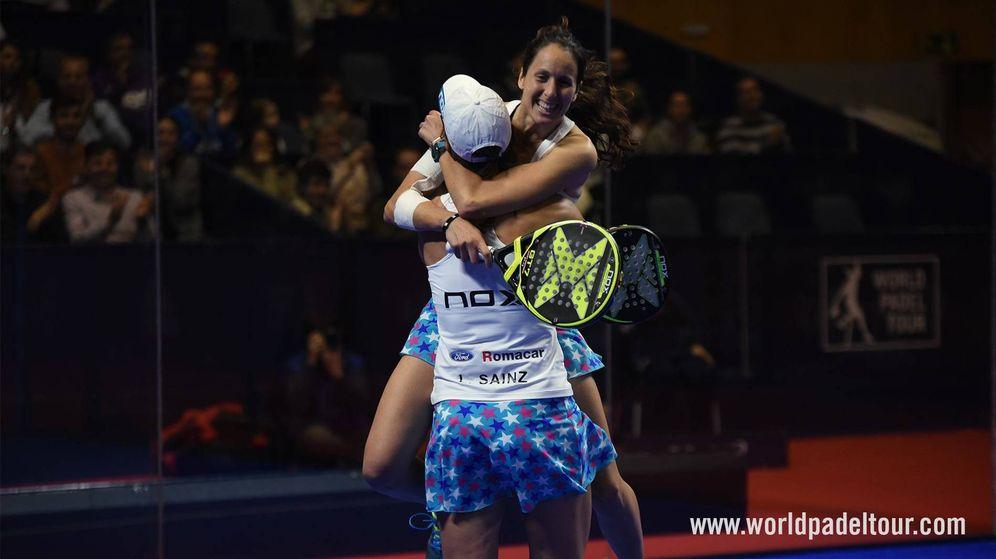 Foto: Gemma Triay y Lucía Sainz se abrazan tras ganar su semifinal del Catalunya Master. (World Padel Tour)