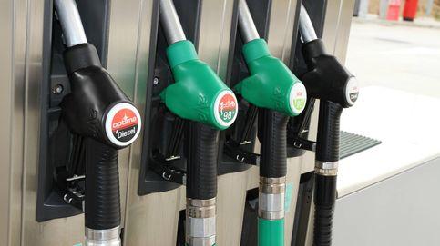 El carburante inicia el verano en mínimos del año tras perder el crudo un 17% en un mes