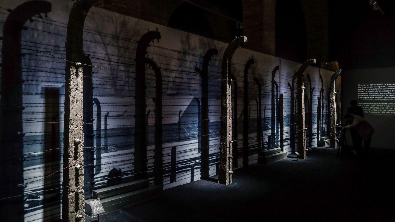 Alambrada de Auschwitz en la exposición de Madrid. (EFE)