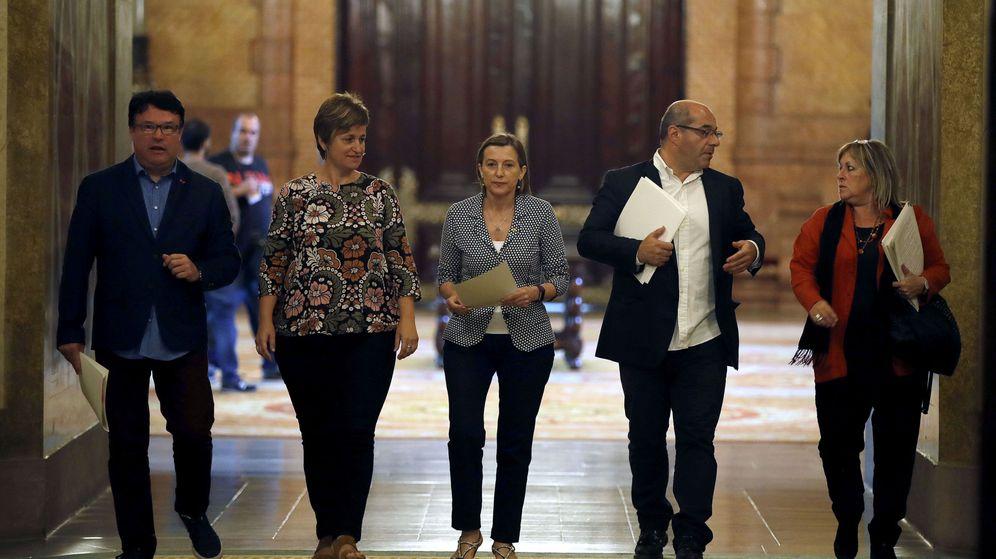 Foto: Nuet (izquierda) junto a Carme Forcadell, Lluís Ginó, Anna Simó y Ramona Barrufet. (EFE)
