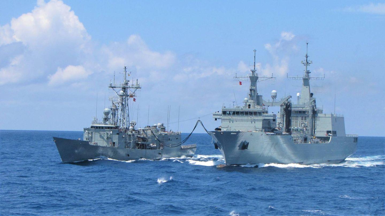 El Cantabria dando petróleo a la fragata Victoria (Foto: Armada)