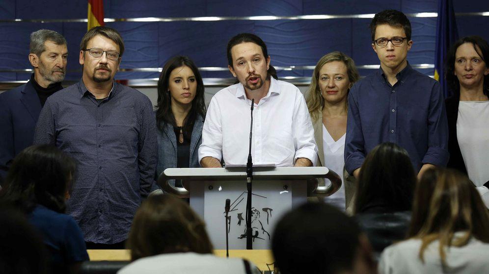 Foto: El secretario general de Podemos, Pablo Iglesias (c), junto a Julio Rodríguez (i), Xavier Domènech (2i), Irene Montero (3i), Victoria Rosell (3d), Íñigo Errejón (2d) y Carolina Bescansa. (EFE)