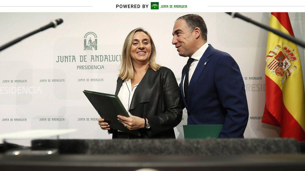 Foto: La consejera de Fomento, Marifrán Carazo, junto al consejero de Presidencia y portavoz, Elías Bendodo (EFE).