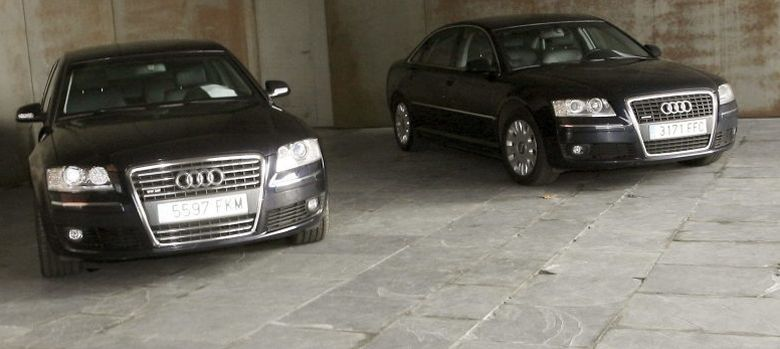 Foto: Imagen de dos coches oficiales (EFE)
