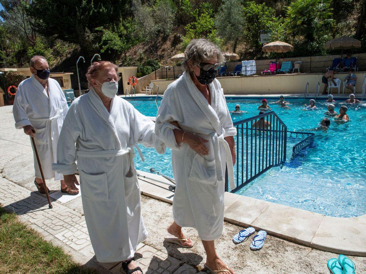 Foto: Unos ancianos en un balneario de Andalucía. (EFE)