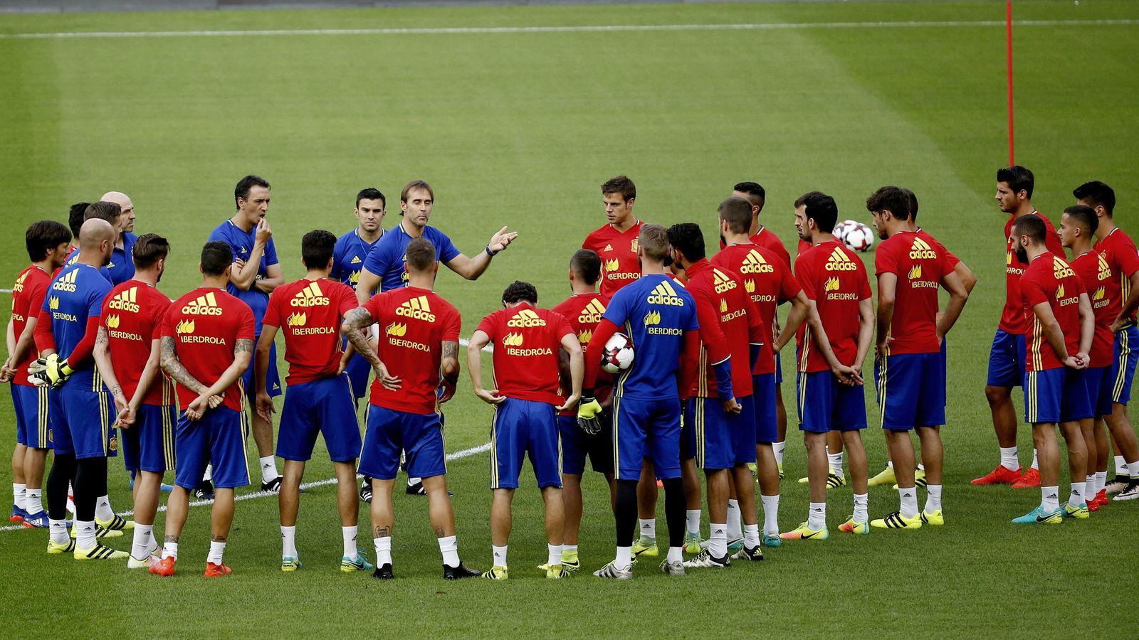 Foto: Julen Lopetegui da instrucciones durante el entrenamiento en el estadio Rey Balduino de Bruselas. (EFE)