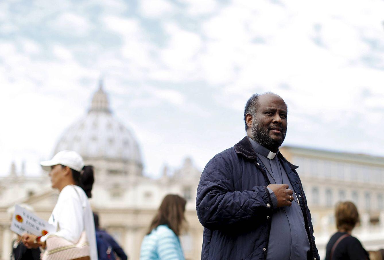 Foto: El sacerdote Mussie Zerai, en la plaza de San Pedro, en el Vaticano, en septiembre de 2015. (Reuters)