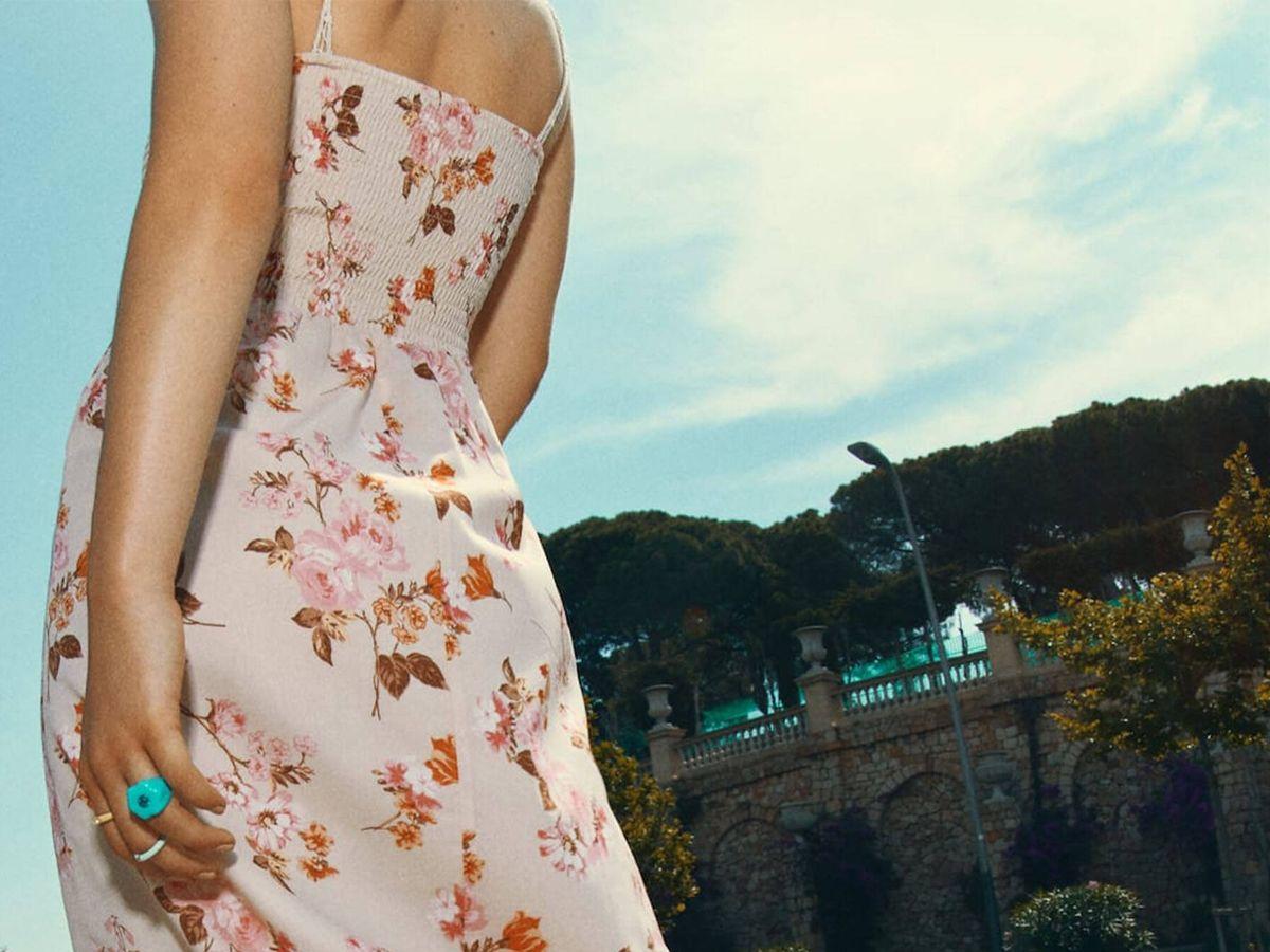Foto: Vestido largo con estampado de flores de Stradivarius. (Cortesía)