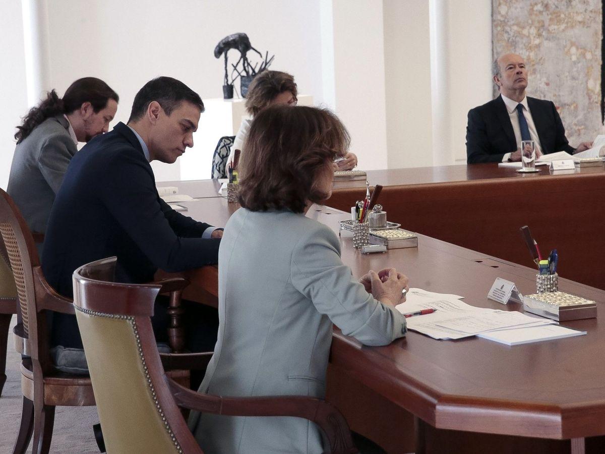 Foto: otografía facilitada por la Moncloa que muestra al presidente del Gobierno, Pedro Sánchez (c), que preside la reunión de Consejo de Ministros, junto al vicepresidente Pablo Iglesias (i) y la vicepresidenta, Carmen Calvo (d)