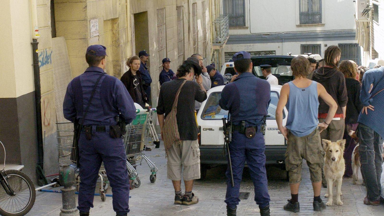 Foto: Okupas desalojados por orden judicial de un edificio de Granada. (EFE)