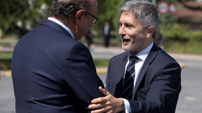 Foto: El ministro del Interior, Fernando Grande-Marlaska, saluda al director general de la Policía en funciones, Germán López, esta semana. (EFE)