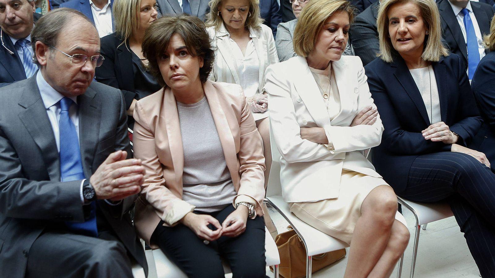 Foto: Soraya y Cospedal en la investidura del presidente de la Comunidad de Madrid. (Gtres)