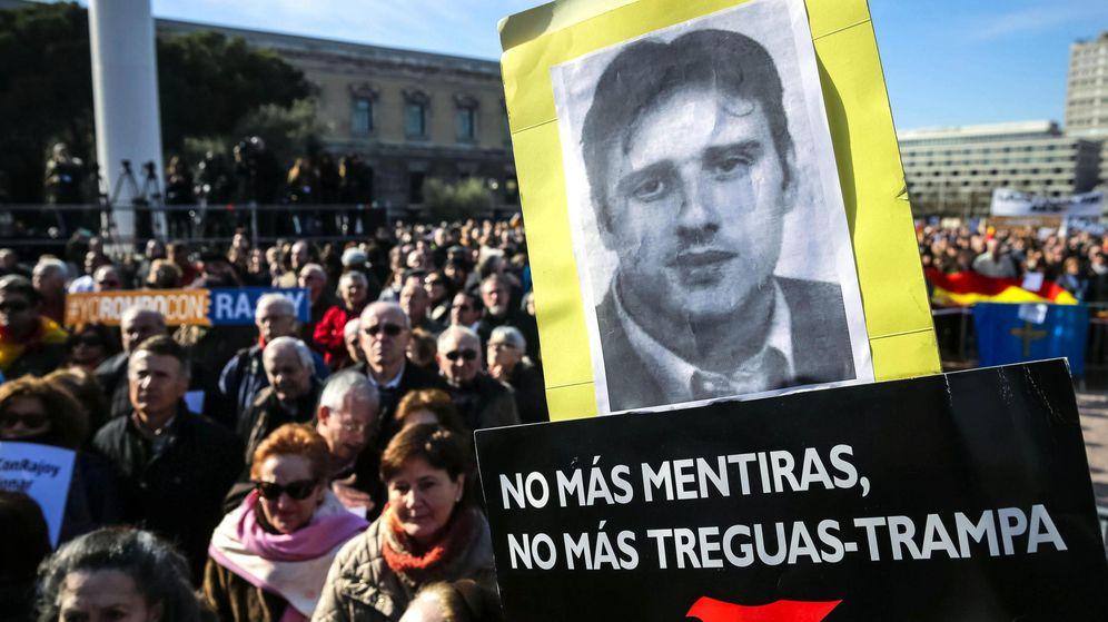 Foto: Protesta de la AVT por las promesas incumplidas del Gobierno a las víctimas. (EFE)