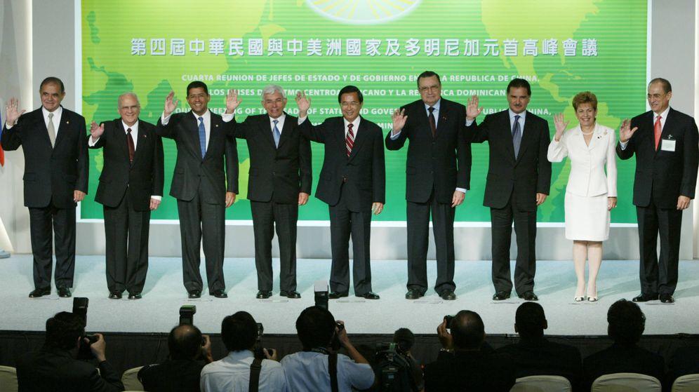 Foto: Dirigentes latinoamericanos posan con el presidente de Taiwán en una cumbre celebrada en Taipéi, 2003. (Reuters)