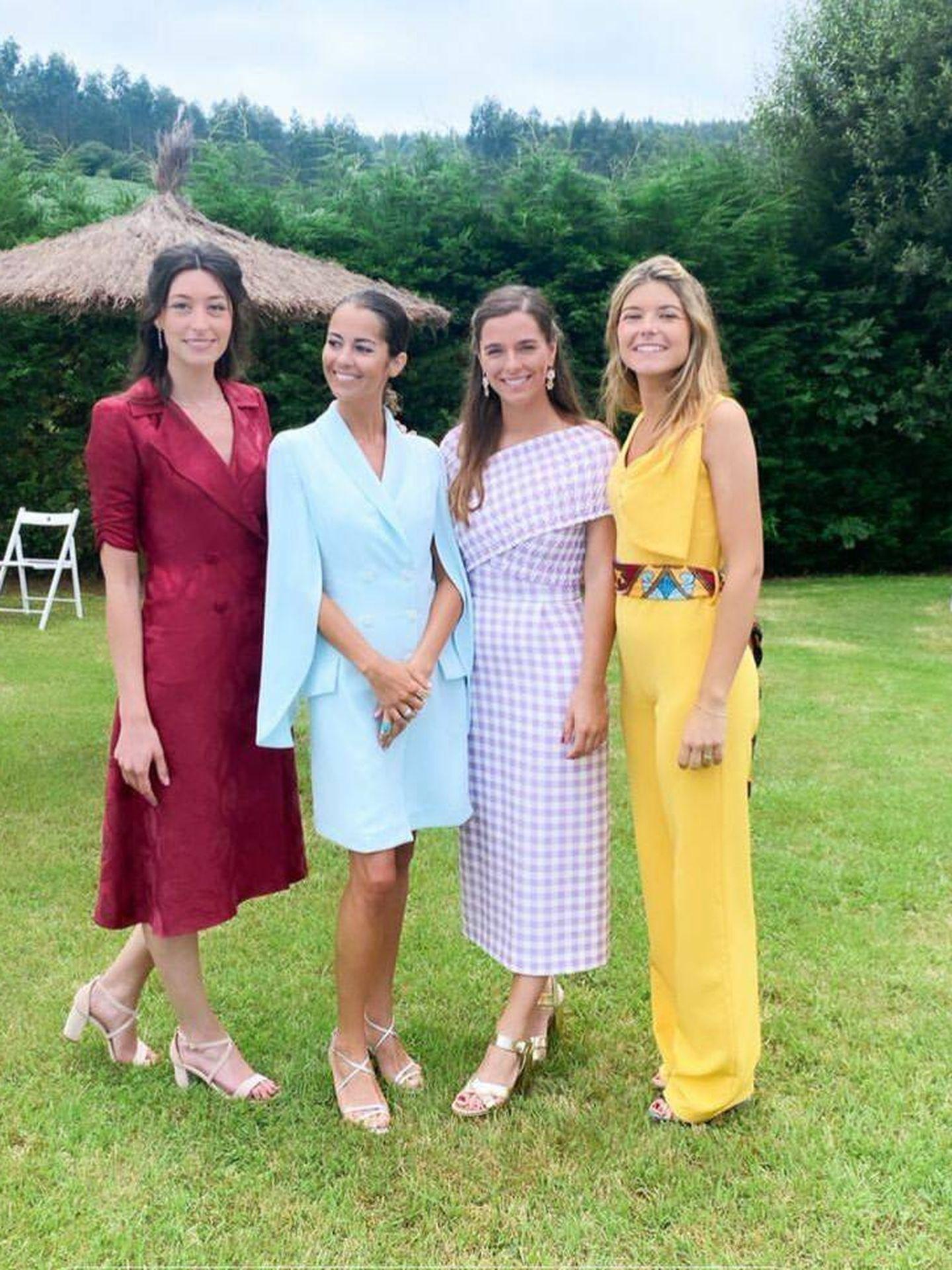 Sofía Ellar acompañada de unas amigas durante la boda. (Redes sociales)