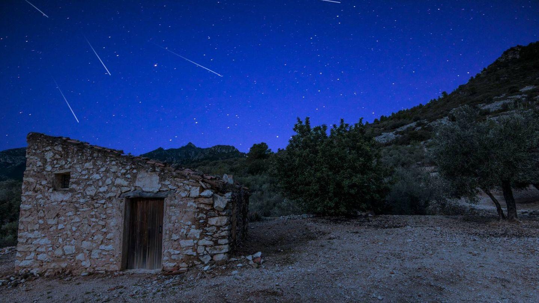 Vista de las Perseidas sobrevolando una casa rural. (iStock)