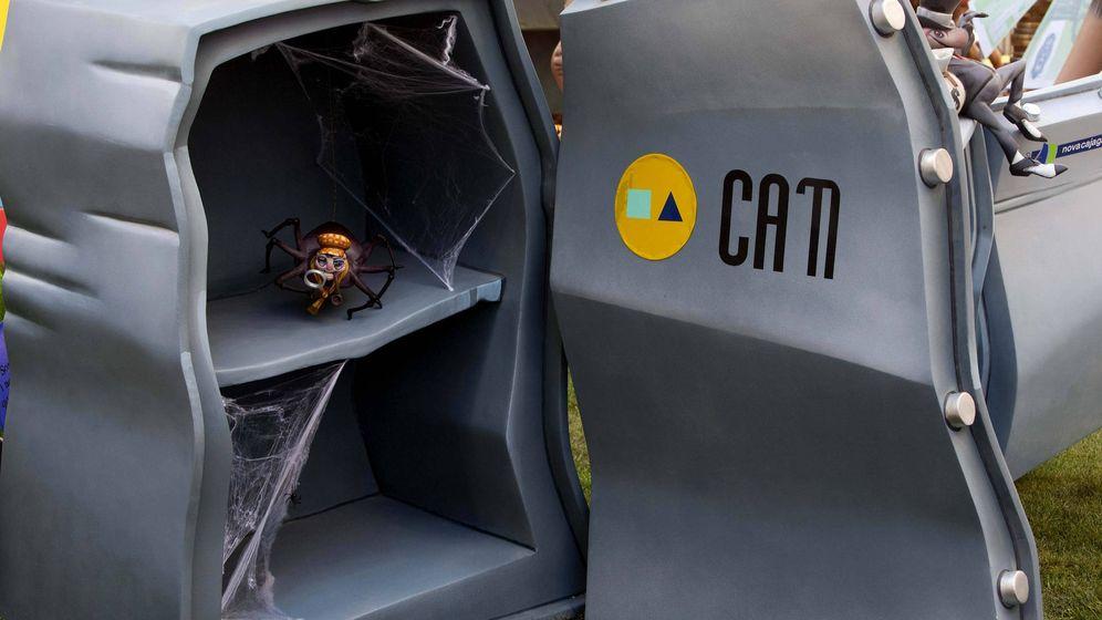 Foto: Una caja fuerte con telarañas en su interior, haciendo referencia a la Caja de Ahorros del Mediterráneo. (EFE)