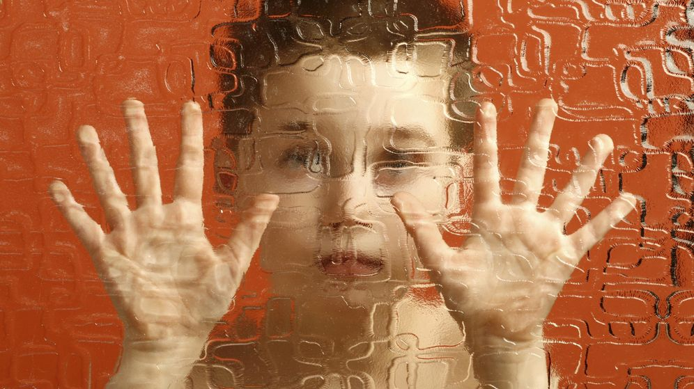 Foto: Un niño con autismo, frente a una ventana. (C. C.)