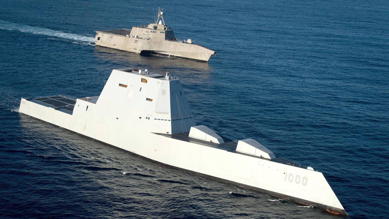 El destructor Zumwalt (en primer plano) junto a otro polémico buque de combate de EEUU, el LCS Independence. (US Navy)