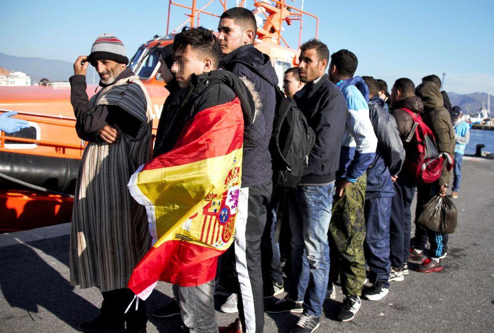 Foto: Llegada al puerto de Motril de 90 personas de origen subsahariano rescatadas por Salvamento Marítimo. (EFE)