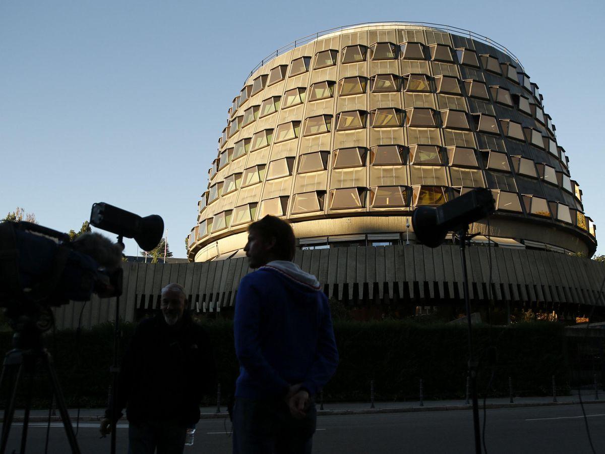 Foto: Periodistas toman imágenes de la fachada del Tribunal Constitucional. (EFE)