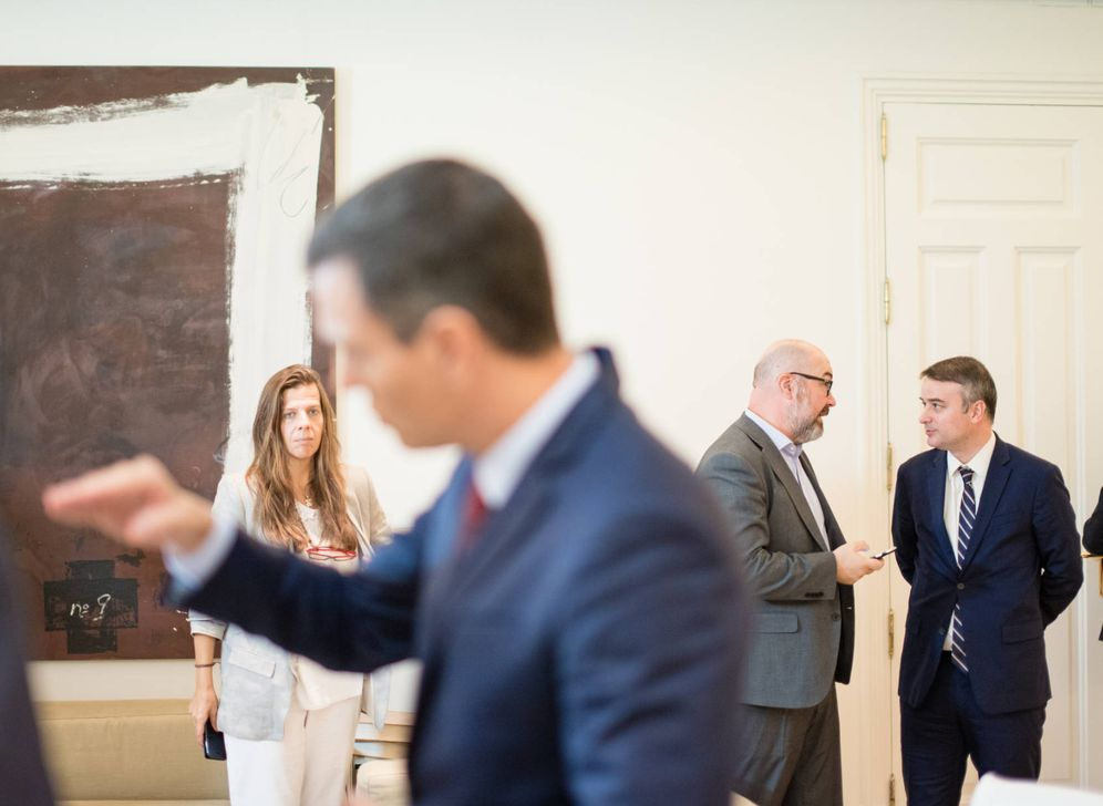 Foto: Iván Redondo (d), charla con Miguel Ángel Marfull (i), con Pedro Sánchez en primer plano y Susana Reverter, el pasado 2 de octubre en la Moncloa. (Jorge Álvaro)