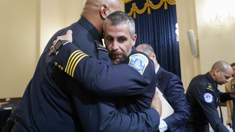 El sargento Harry Dunn abraza a Michael Fanone. (Reuters)