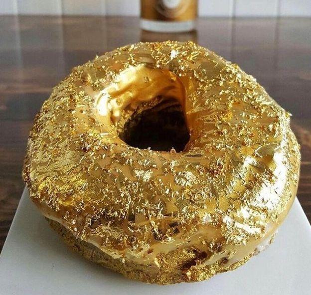 Foto: El 'donut' cubierto de oro que hace las delicias de los neoyorquinos (Instagram/@tabakodelacruz)