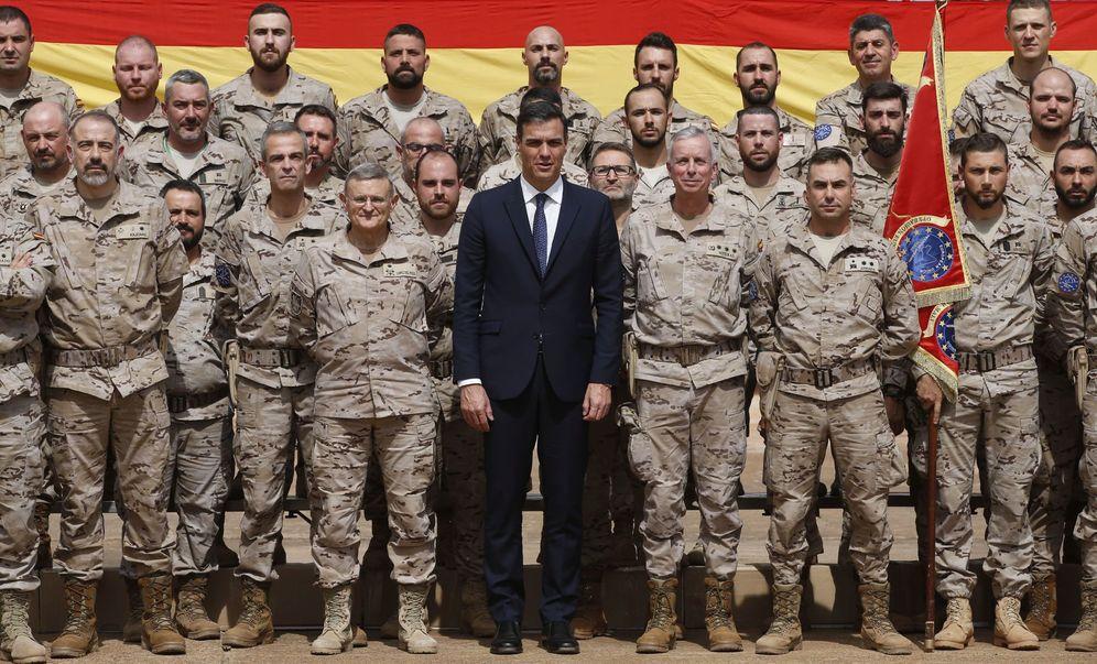 Foto: Pedro Sánchez, durante la foto de familia con el contingente español destacado en Mali, este jueves en el campo de Koulikoro. (EFE)