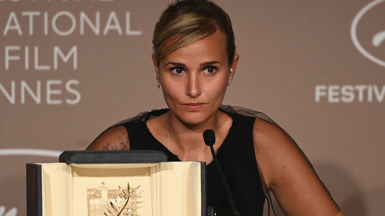 Ducournau junto a la Palma de Oro que ha ganado en Cannes con 'Titane'.