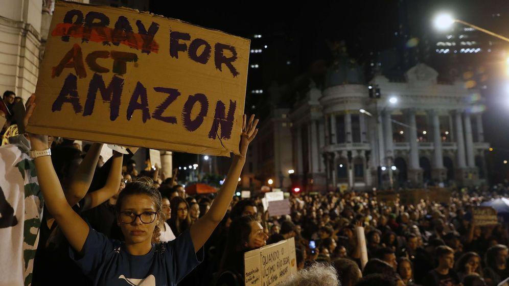 Foto: Una persona llora durante una protesta este viernes, en Río de Janeiro (Brasil), contra los incendios que consumen la Amazonía. (EFE)