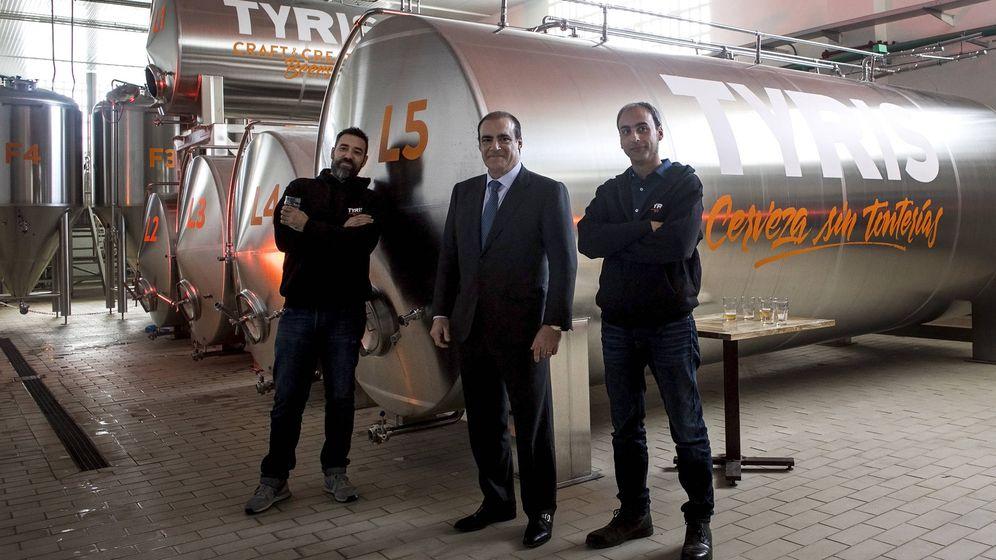 Foto: Gonzalo Abia, Pablo Serratosa y Dani Vara, en la nueva fábrica de la cervecera Tyris.