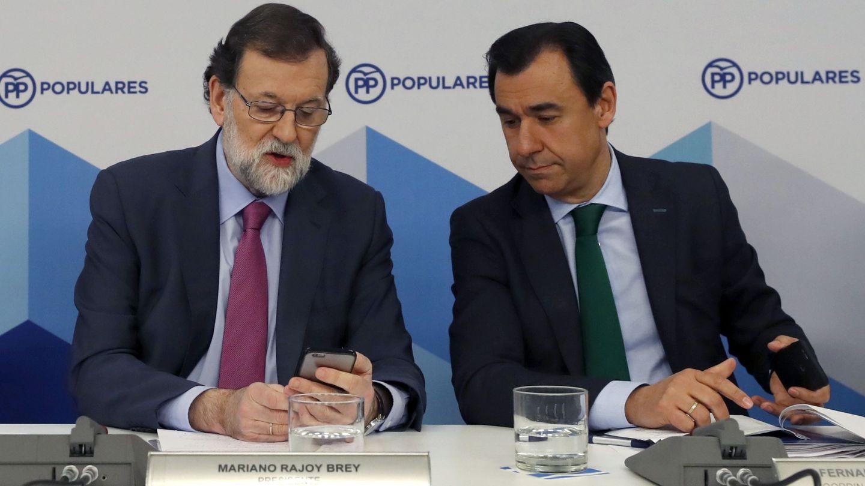 Mariano Rajoy junto a Fernando Martínez-Maíllo en la junta directiva nacional del PP. (EFE)