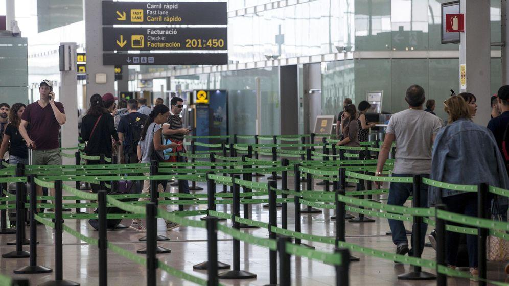 Foto: Accesos a los mostradores de facturación del Aeropuerto de Barcelona-El Prat. (EFE)