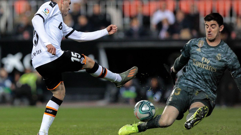 Courtois, en el partido contra el Valencia en Mestalla. (EFE)
