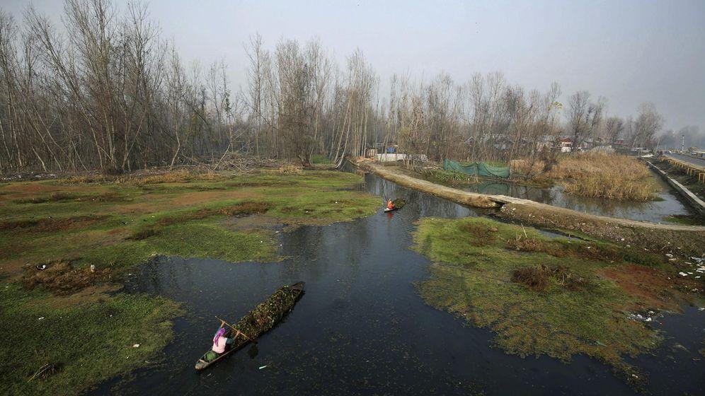 Foto: Un acuífero contaminado en India (EFE/ Farooq Khan)