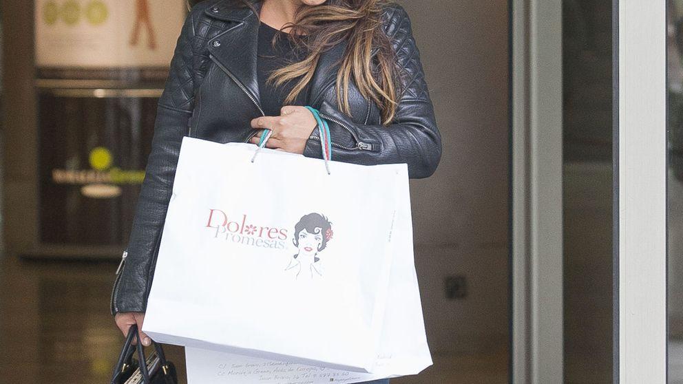 Mónica Cruz, de compras navideñas por los outlets de Madrid