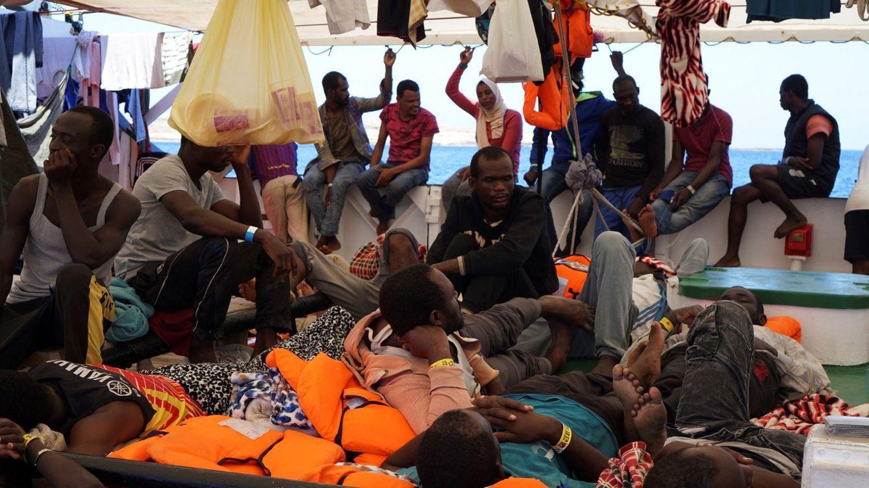 Foto: Imagen de la cubierta del Open Arms donde más de 130 migrantes esperan el acceso a un puerto seguro. (EFE)