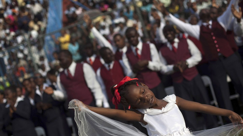Achebelle Debora, de 6 años, baila en una ceremonia evangélica en Puerto Príncipe (Reuters).